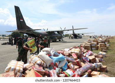 distribution of aid to the City of Palu using Hercules and helicoter continues to arrive since the post-earthquake, liquefaction and the tsunami that occurred in Palu on 28 September 2018