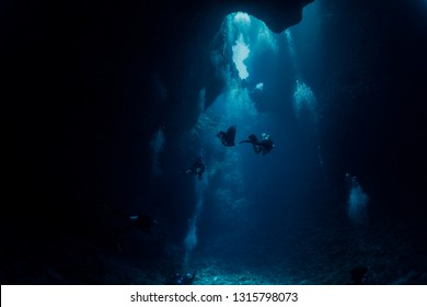 dive into cave in Palau blue hole