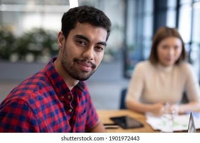 Divers groupes d'hommes d'affaires travaillant dans un bureau de création. portrait d'un homme regardant la caméra et souriant. des gens d'affaires et des collègues de travail dans un bureau créatif occupé.