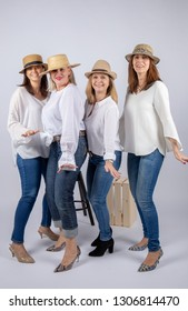 Diversion of four friends in a photographic studio in foot and with hat.