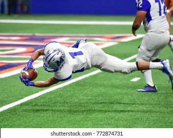 Diving catch for a touchdown in football
