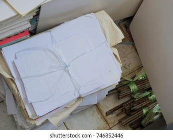 Division of used paper and metal rods were tied Ledger waiting for recycling.