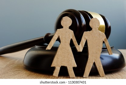 Divorce and alimony. Relationship problems. Gavel and figures of couple.