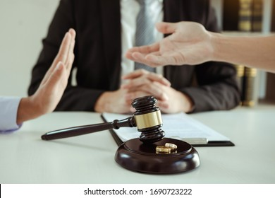 Divorce by two lovers went to the lawyer's office. The husband tried to plead with his wife not to divorce.