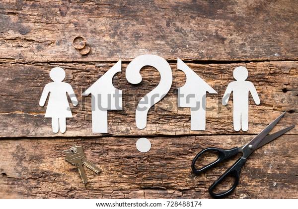 Ehepaar mit Scheidung entscheidet, wie man ein Haus teilt