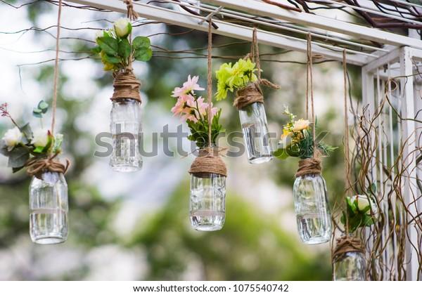 Las viejas botellas vacías pueden ser usadas para la decoración de eventos como un jarrón de flores de las barras