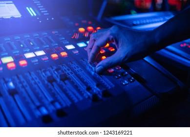 dj adjust mixer