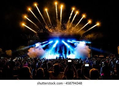 DJ Concert Festival mit Special Effects Feuerwerk über Silhouette Crowd Backlit