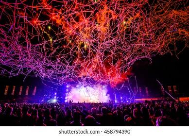DJ Concert Festival mit Special Effects Streamers und Fireworks über die Menge.