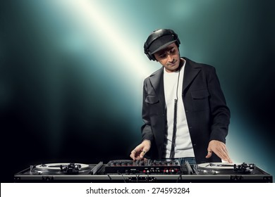 DJ is making party