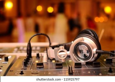 DJ Mixes Tracks
