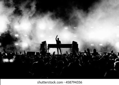 DJ Musician Band in Schwarz-Weiß Silhouette und Crowd bei einem Musikfestival Konzert - Backlit.