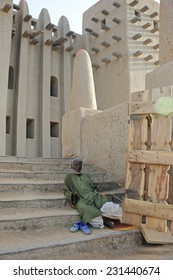 DJENNE, MALI, AFRICA - SEPTEMBER, 5, 2011 Beggar at the entrance of the mosque of Djenne