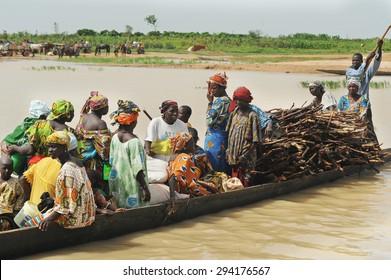 DJENNE, MALI, AFRICA - SEPTEMBER 5, 2011: Merchants across the river by boat