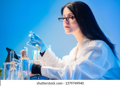 DNA analysis in the United States. Woman cytogenetic conducts genetic analysis of biomaterial DNA diagnosis. Laboratory of molecular genetics. Karyotyping. Genetic engineering in America.