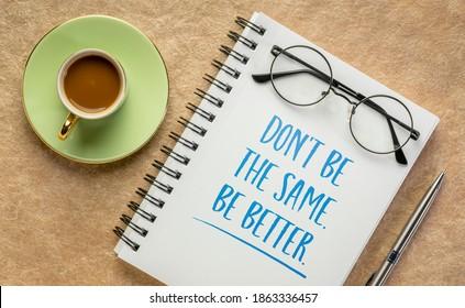 Sei nicht gleich, sei besser. Inspiration beim Schreiben in einem Spiralheft mit einer Tasse Kaffee. Selbstverbesserung und persönliches Entwicklungskonzept.