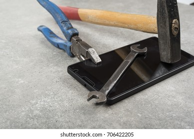 Do not fix your mobile phone with hammer pair of players or an wrench