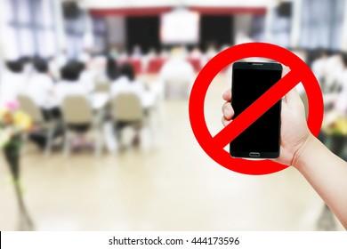 携帯電話のサインを手持ちで使用しないでください。