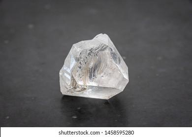Dob Rohdiamant, der durch vulkanische Hitze und Druck in der Erde entsteht