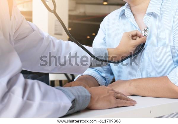 医生通过听诊器检查身体
