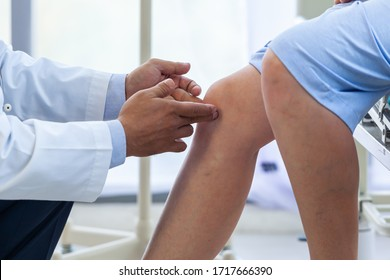 病院で患者の膝を診る医師。医療と医療のコンセプト。