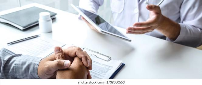 Beratung des Arztes mit dem Patienten und Überprüfung der Krankheit, während der Vorlage Ergebnisse Diagnose Symptom Untersuchung des Problems der Krankheit und empfehlen die Behandlung Methode, Gesundheit und Medizin.