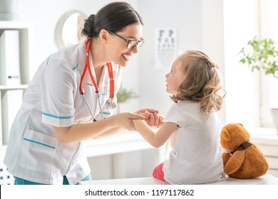 Doctor examining a child in a hospital.