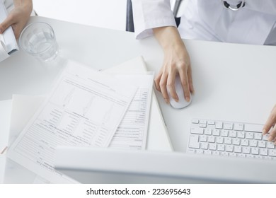 Doctor explained while watching the monitor of a personal computer
