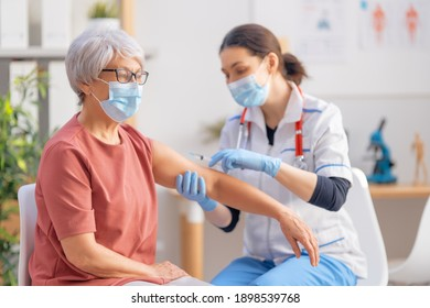 Ärztin, die einer älteren Frau eine Impfung verabreicht. Virenschutz. COVID-2019.
