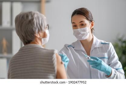 Arzt, der eine ältere Frau impft. Virenschutz. COVID-2019.