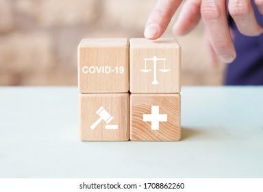 Médico que organiza el apilamiento de bloques de madera con un sistema de salud de la justicia de ícono. Abogado del Trabajo Concepto jurídico en medicina sobre el tema del coronavirus.