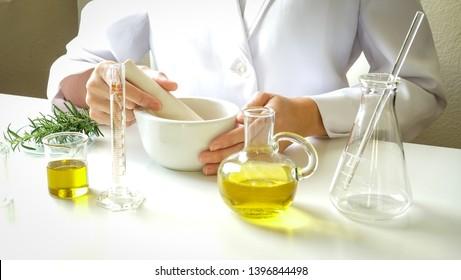 Ärzte machen alternative Kräutermedizin mit Kräuterpflanzen das organische im Labor. Ölkapsel, natürliche organische Nahrung gesund und Wellness.