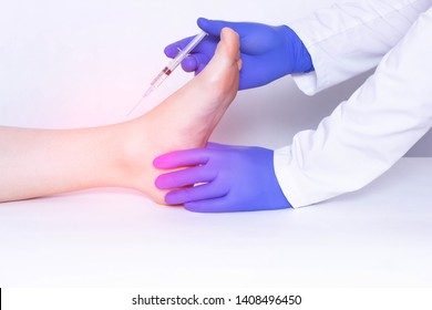 The doctor makes the injection of the patient into the ankle joint, a cotricosteroid and an anti-inflammatory drug with chondroprotector, disease
