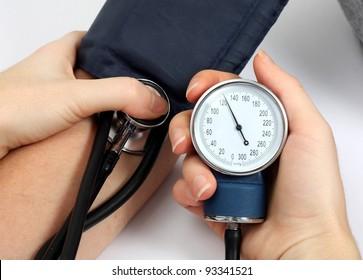Médico medindo a pressão arterial de um paciente