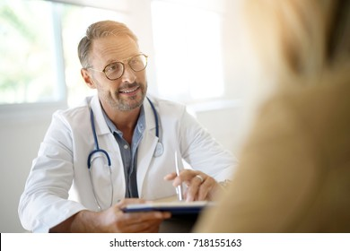 Dokter met patiënt in medisch kantoor