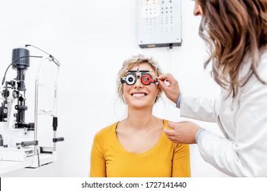 Arzt und Patient in einer Augenklinik, die sich die Augentestkarte ansieht