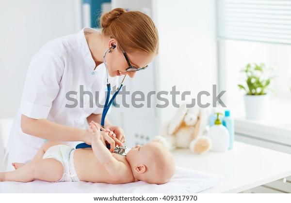 Ärztlicher Kinderarzt und Babypatient in der Klinik