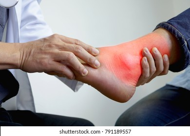 The doctor is pressing the ankle. To see the pain in the treatment of gout, bone disease.
