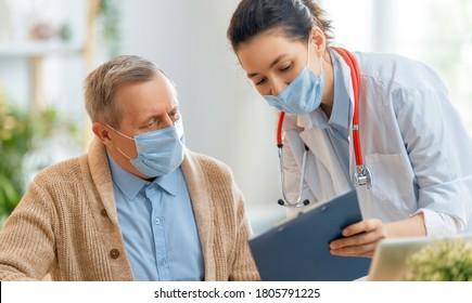 Ärztin und Senior Mann, die während des Ausbruchs von Koronavirus und Grippe Fieber tragen. Virus- und Krankheitsschutz, Hausbrand-Quarantäne. COVID-2019