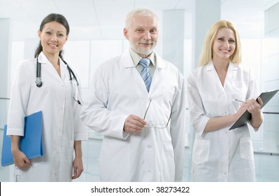 Doctor stays in front of its team