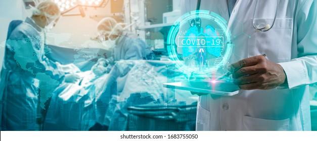 Doktor oder Chirurg analysieren Covid-19 zu Lungentests Ergebnis und menschliche Anatomie auf technologisch-futuristische virtuelle Schnittstelle.Doktor mit virtueller Realität im Operationssaal im Krankenhaus.
