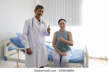 The doctor talked about the illness of the female patient in the hospital, the doctor talked with a smile to make the patient relax. To encourage and help to maintain well