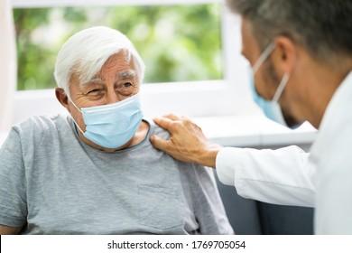 Arzt, der mit älteren Patienten zu Hause spricht