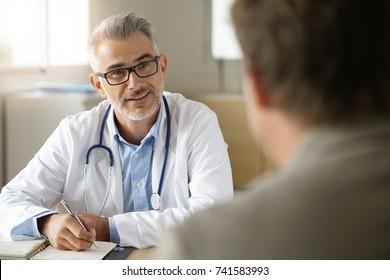 Dokter praat met de patiënt in het kantoor