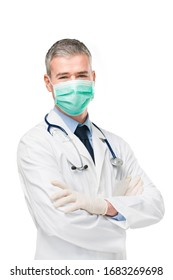 Arzt, der eine Chirurgie- oder Atemmaske trägt, Labormantel und Handschuhe als Schutz gegen Covid-19 oder Corona-Virus auf weißem Hintergrund