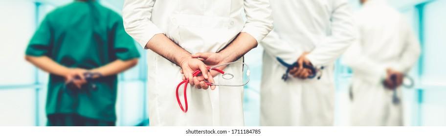 Médecin travaillant à l'hôpital pour combattre la maladie de coronavirus en 2019 ou COVID-19. Des professionnels de la santé avec d'autres médecins, infirmières et chirurgiens. Concept de protection et de soins médicaux du virus de Corona.
