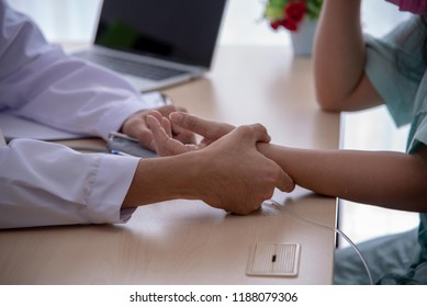 doctors holds the patient's pulse