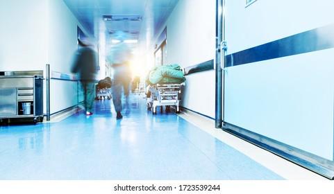 Ärzte oder Krankenschwestern, die im Krankenhausgang spazieren, verschwommene Bewegung.