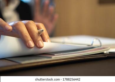 Dokumentenbericht oder Unternehmensmanagementkonzept: Geschäftsmanagmanager Händen zum Lesen, Unterschreiben von Dokumenten in der Nähe von Lohnbuchbindern, Zusammenfassung des Personalberichts in Aktenordner