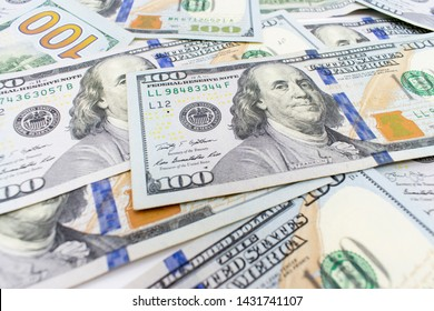 Dolar.  american dollars in one hundred banknotes. 100 new us dollar banknotes as background